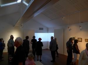 Folk samles om skitsebogen på Nivaagaard Museum.