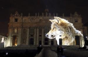 Amerikanske Obscura Digital oplyste Peterskirken i Rom med planetens truede dyrearter. Showet er lavet i samarbejde med folkene bag TV-dokumentaren »Racing Extiction« og havde Pavens velsignelse. Foto: Reuters/Stefano Rellandini