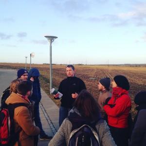 Henrik Wolfhagen, projektleder for byudviklingsområdet, viser de studerende rundt i byudviklingsområdet i Egedal kommune. Foto: Detgodeeksempel.dk