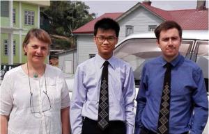 Valgteamet fotograferet i Chin State. Fra venstre: Kirsten Mogensen, tolken Hein Naing Soe og observatør Ben Dunant. Foto: Kirsten Mogensen